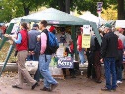 Kraampje van Kerry supporters op de markt in Madison Wisconsin