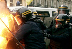 Parijse politie-agenten hadden moeite een brandend matras van zich af te duwen. Foto: Pascal Le Segretain/Getty Images