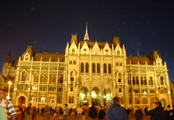 Protesten voor het Hongaarse parlement in Boedapest in de avond van 21 september 2006. Foto: Politiek-digitaal